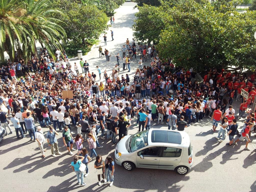 protesta studenti sotto comune