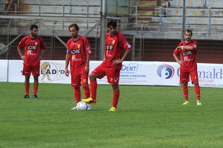 Calciatori-del-Città-di-Messina-a-testa-bassa-dopo-un-gol-subito