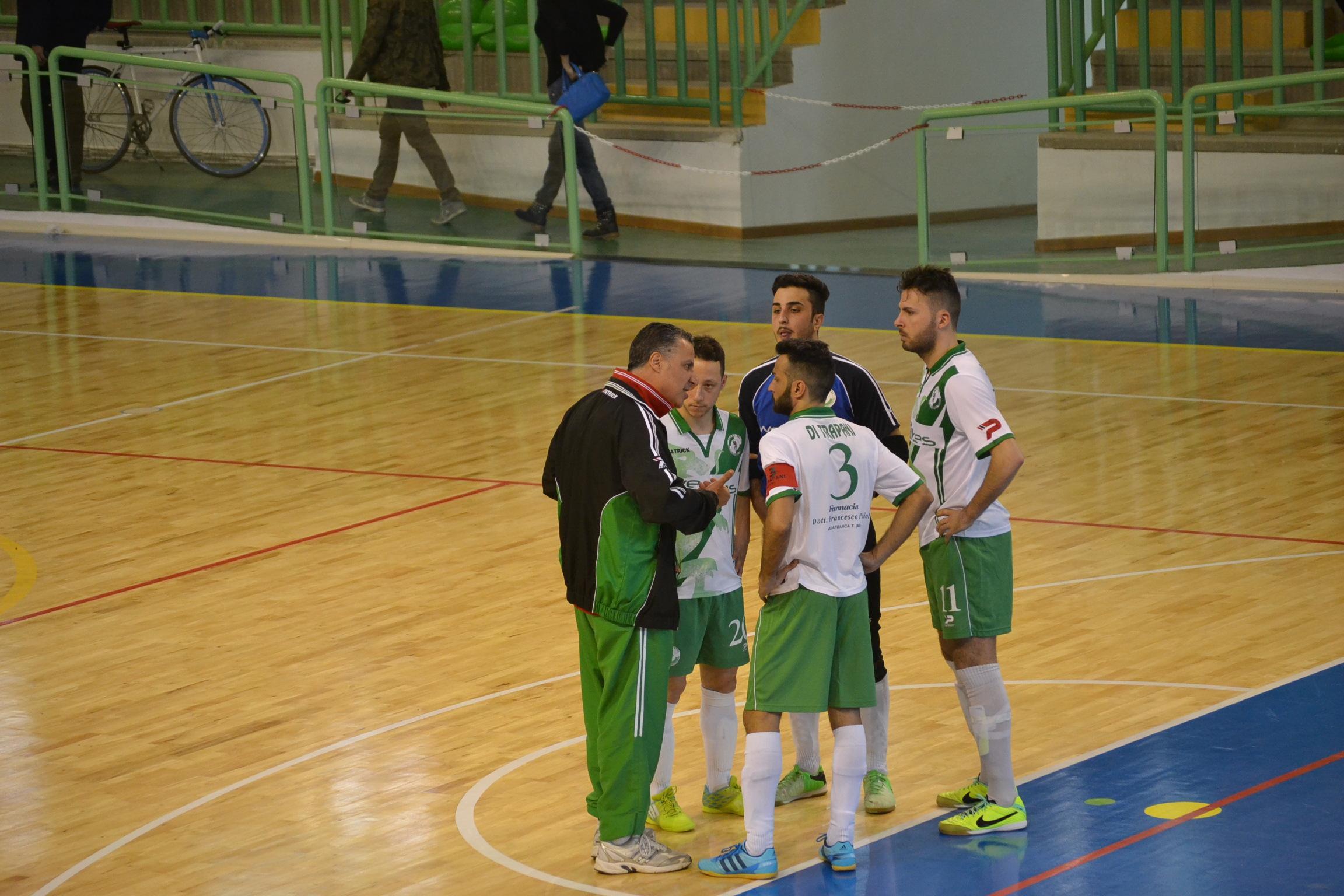 Il tecnico Rinaldi con i giocatori del Città di Villafranca