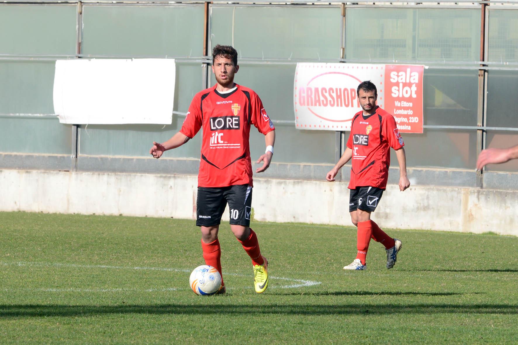 Il-centrocampista-Francesco-Munafò-pronto-al-rientro.-Alle-sue-spalle-Emanuele-Frassica