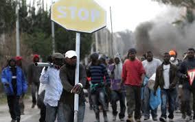 migranti per le strade