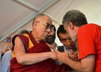 Foto dell'incontro fra il Dalai Lama e Renato Accorinti