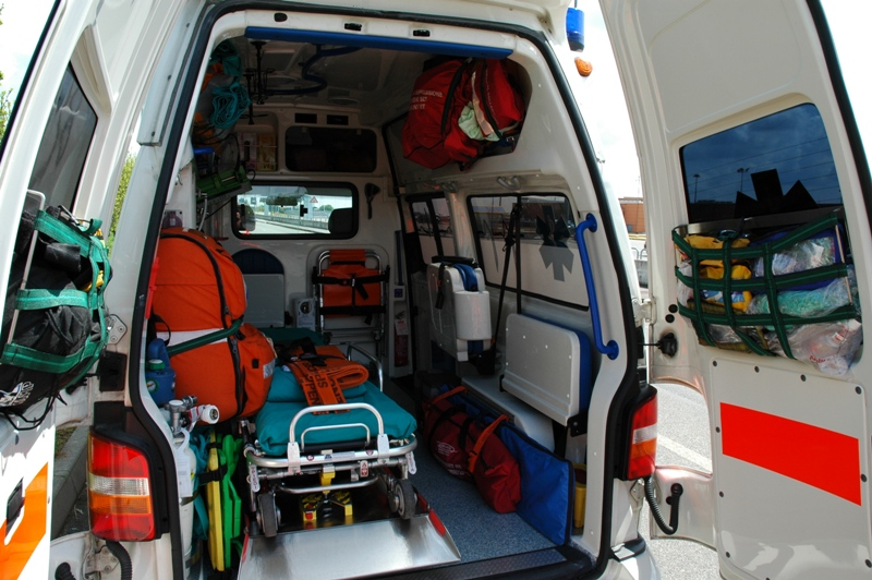Foto di repertorio, ambulanza operatori 118