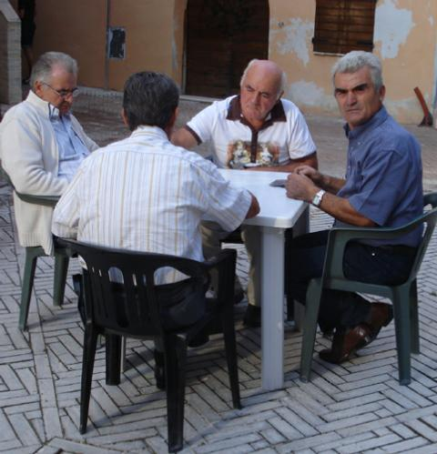 pensionati giocano a carte