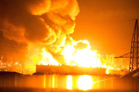 incendio raffineria notte2