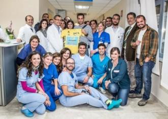 Nibali-con-medici-terapisti-operatori-ed-amministrativi-del-NEMO-SUD. 800x571-550x392