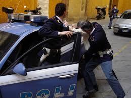 poliziotti che arrestano