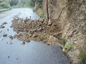 Frane sulla strada provinciale Rodia Castanea 004