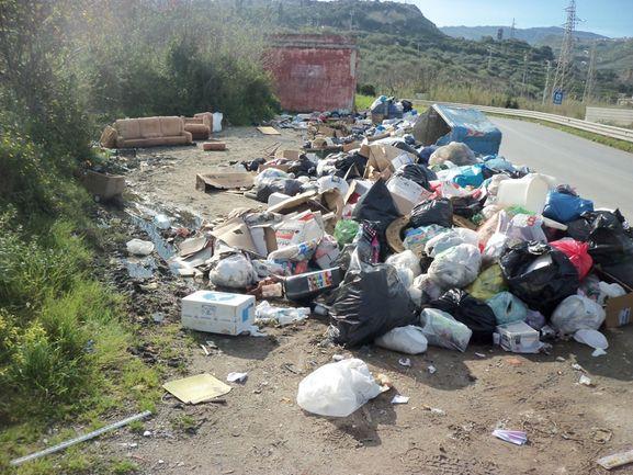 Cumuli di spazzatura maleodoranti a Ponte Gallo. Richiesta la bonifica dell'area