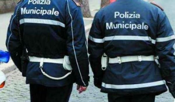 vigili urbani-di spalle