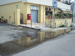 Liquami fognari davanti alla Posta di San Saba. I residenti lamentano disagi