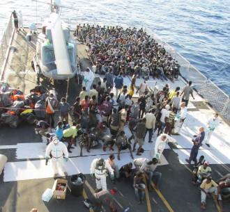 migranti su nave militare