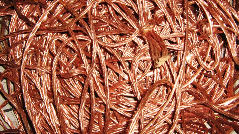 Bruciano cavi di rame in un torrente: 2 denunciati. La Polizia recupera 115 chili di oro rosso
