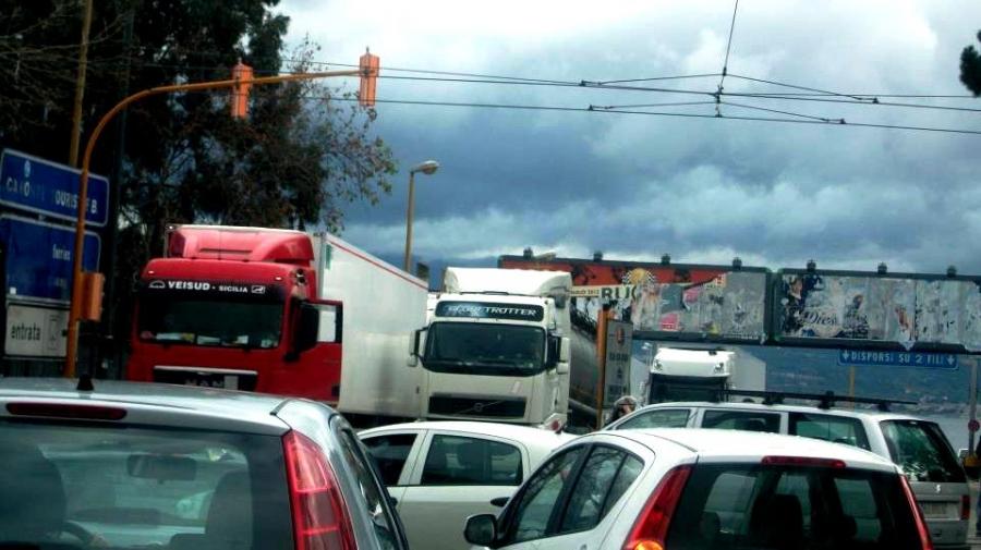 Foto di tir e traffico a Messina, porto rada San Francesco
