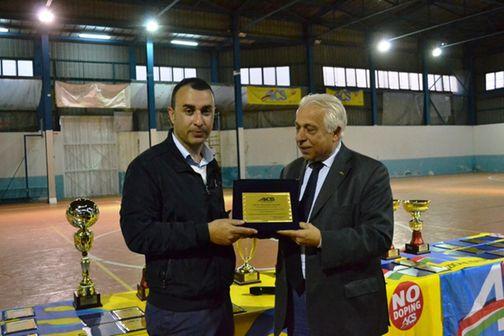 Il presidente Lillo Margareci premia Alessandro Cacciotto