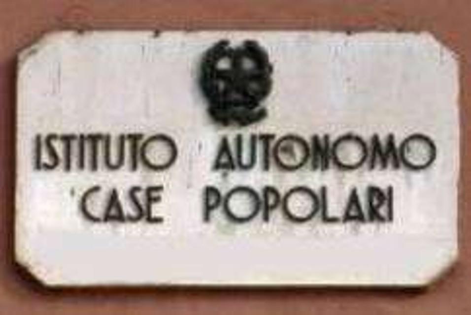 """""""Pagano il canone ma sono solo custodi"""". L' """"altra faccia"""" del Rione Taormina"""