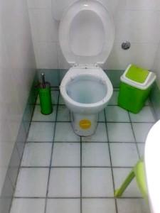 Il wc allagato all'interno di un negozio in via Cavour