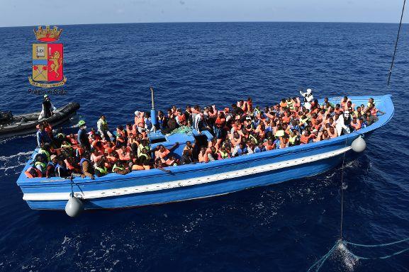 """Sbarco migranti: arrestato lo scafista. Le storie dei """"viaggiatori"""""""