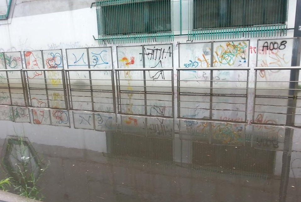 Piove, binari allagati. Tram fermi ma fioriere in costruzione