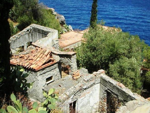 villaggio-le-rocce-le-casette-distrutte