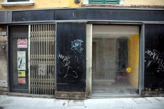 Il degrado di Messina secondo Accorinti passa per le vetrine dei negozi sfitti