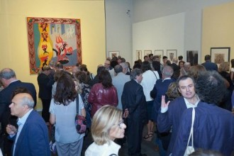 La folla dell'inaugurazione nella sala principale dedicata a Depero - foto Argentyca