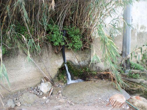 Acqua in esubero che si disperde nel torrente Rodia 001