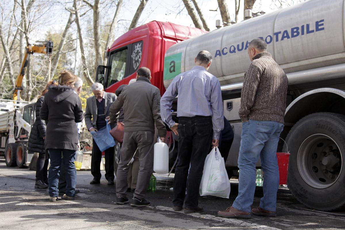 La fila agli autobotti di acqua potabile (Foto Omniroma)