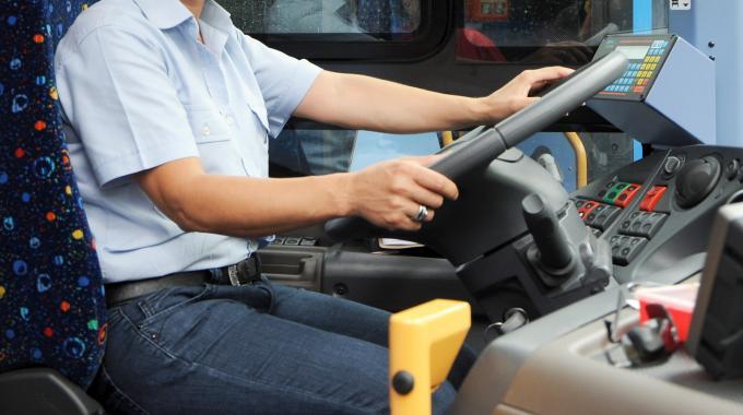 1431894916-0-passeggero-picchia-autista-e-il-bus-va-fuori-strada