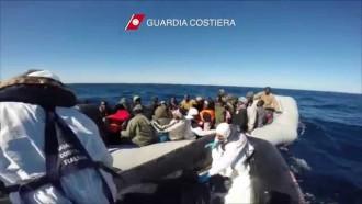 Migranmti su gommone guardia costiera nuovo