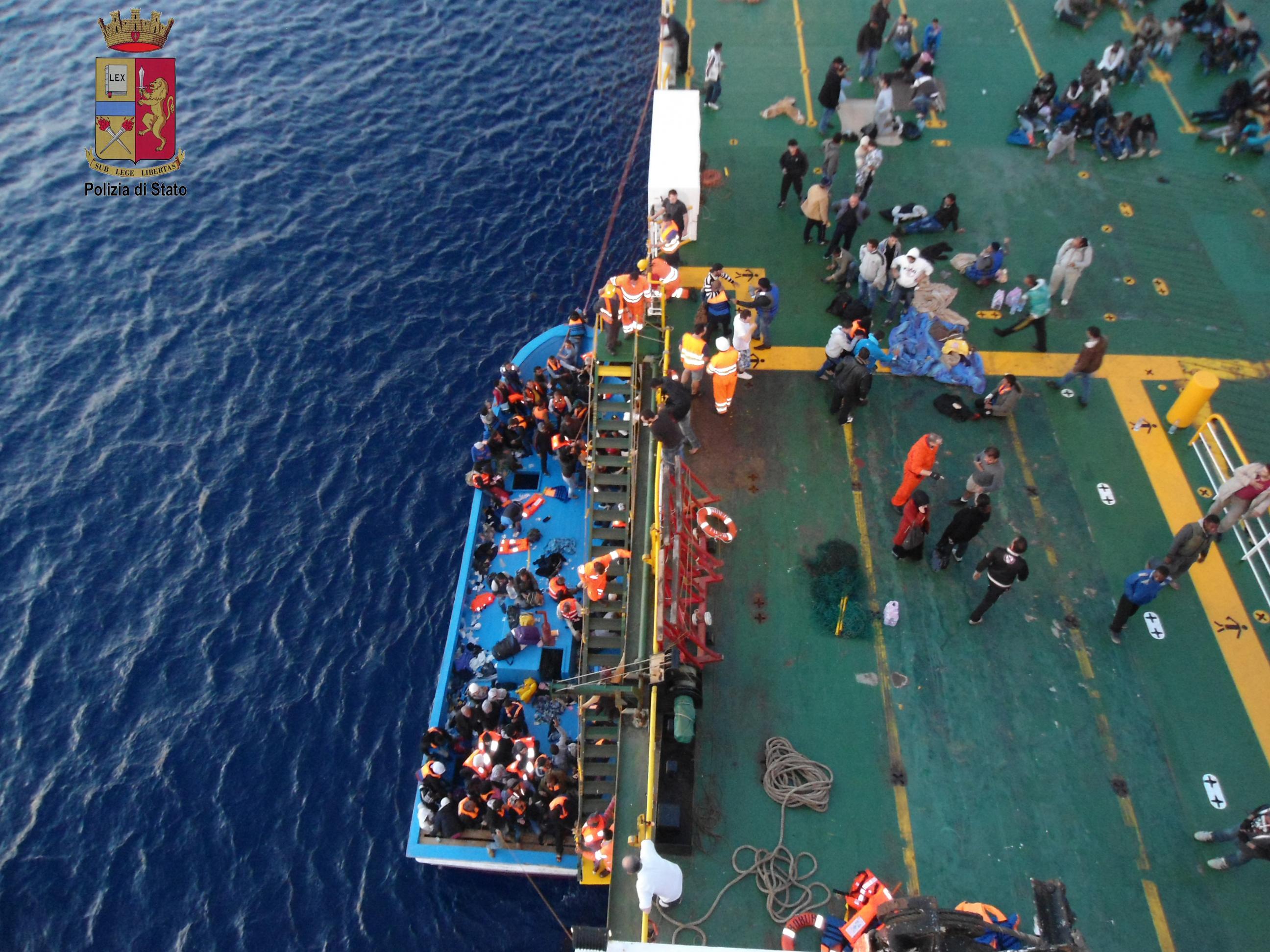 migranti da barcone a nave
