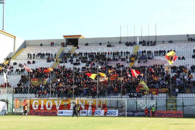 Tifosi del messina allo stadio san filippo