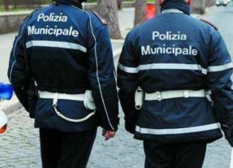 Foto di due vigili urbani di spalle