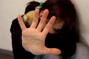 Violenza sessuale e maltrattamenti nei confronti delle figlie minorenni, arrestato cinquantenne