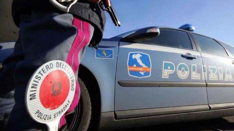 Foto di repertorio - Volante della Polizia con agente, controlli sul territorio