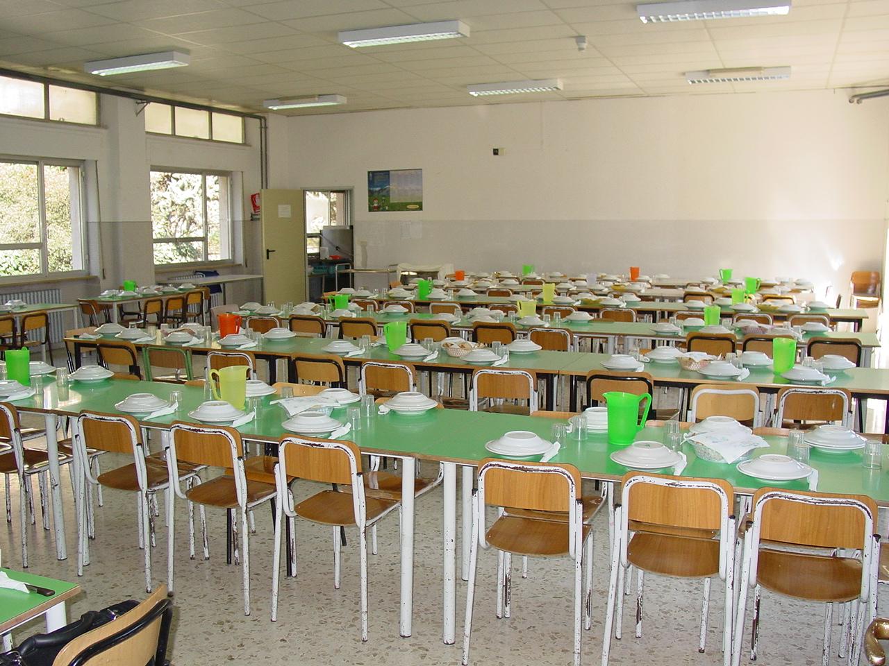 mensa-scolastica vuota senza bimbi nuovo
