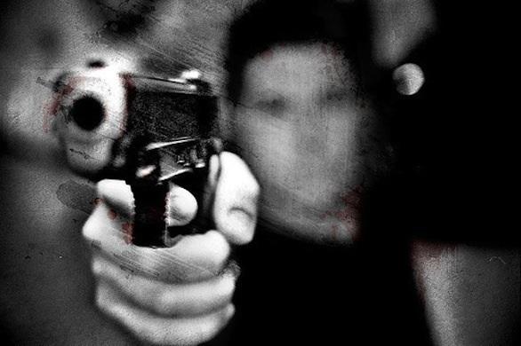 pistola che spara con uno sfocato dietro nuovo