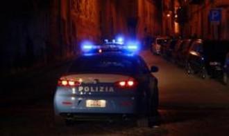 Foto di auto della polizia di stato con le sirene accese, in notturna