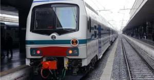 Foto di un treno fermo alla stazione