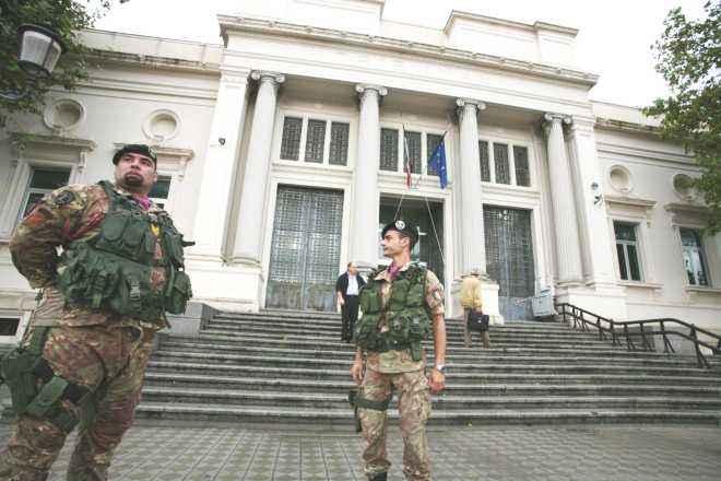 WCENTER 0XKKBISEGG I militari del 1° Reggimento Bersaglieri di Cosenza davanti il Tribunale, stamani 18 ottobre 2010 a Reggio Calabria. ANSA/FRANCO CUFARI