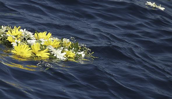 corona-di-fiori-in-mare