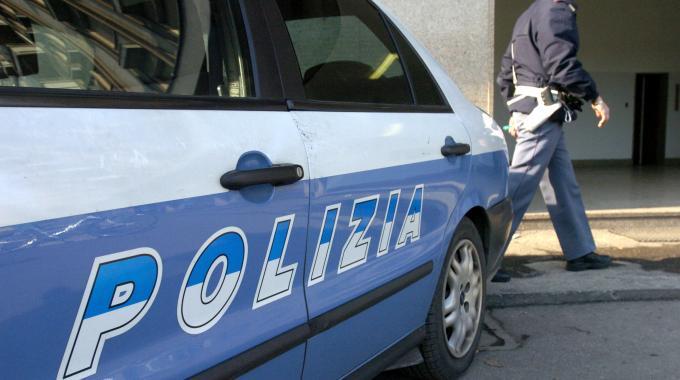 Foto dell'auto della polizia vista lateralmente