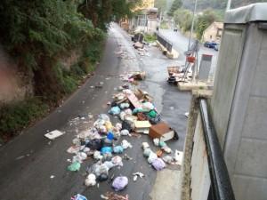 Piove e fiumi di rifiuti si riversano in strada, la denuncia del consigliere della V circoscrizione Famà