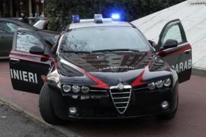 Minaccia una donna via sms e le estorce 9mila euro
