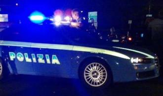 Foto di auto della polizia di stato in notturna, sirene accese