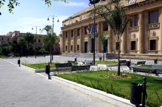 Foto del Tribunale di Messina e della piazza antistante