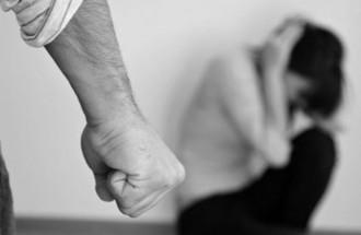 Foto di una pugno chiuso, contro una donna - violenza di genere