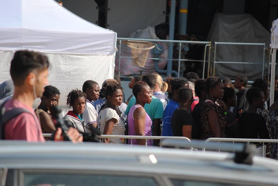 Foto di uno sbarco di migranti