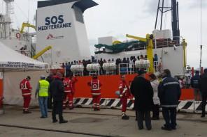 Nuovo sbarco al Molo Marconi: arrivati 302 migranti, tra loro 2 cadaveri
