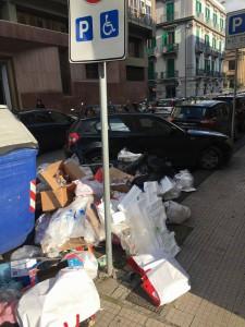 rifiuti a parcheggio disabili